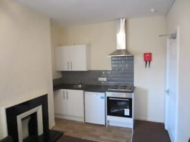 Large double room to let, with own newly fitted kitchen, excellent location