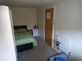 BEDROOM TO RENT, LARGE ROOM FOR A SINGLE PERSON, FURNISHED BY 400 + BILLS. ONLY PROFESSIONAL