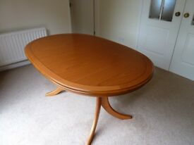 Beautiful dining table in immaculate condition. Now just £100.