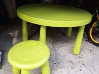 Kids - Round Table with 2 chairs - Green / excellent condition