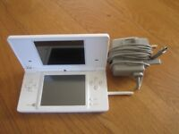 Nintendo DSi console in white very nice condition + charger all original