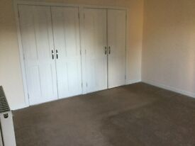 3 bed flat ex cond. central location, gas & elec. ch. immediate entry, £500 pm 01356 622262