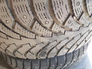 2 pneus d'hiver à clous 225/50R17 Nokian Nordman 4. 60% d'usure, mesure 5/32.