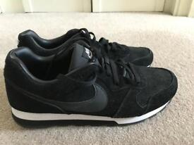 Nike MD Runner men trainers size 10 UK