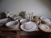 Dinner set, most items are NEW