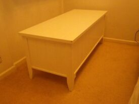 NEW ENGLAND WHITE BLANKET/TOY BOX - EXCELLENT CONDITION