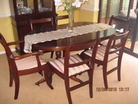 Extending dining table with 6 chairs in very good condition // free delivery