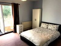 ***Amazing Room With Conservatotrie At Rear***