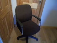 Swiwel office chair with arms
