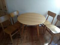 Round table and 4 chairs. Pinewood.