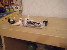 Includes 4 minifigures: clone commander, 2 bomb squad clone troopers and 1 ARF clone trooper