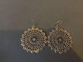 Settings Patterned costume jewellery earrings