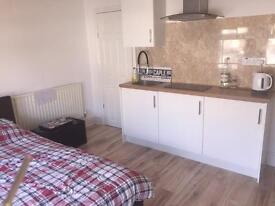 1 double Room with own kitchen, couples Inc all bills NO FEES