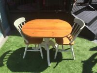 Table and 2 chais, ideal for breakfast, kitchen, intimate dining.