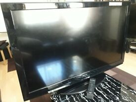 Hitachi TV LCD HD 42 ins; for sale, Cracked screen, comes with remote control.