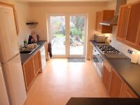 SOCIABLE HOUSE SHARE ONLY 15 MINUTE WALK FROM READING STATION - LARGE COMMUNAL SPACE & GARDEN