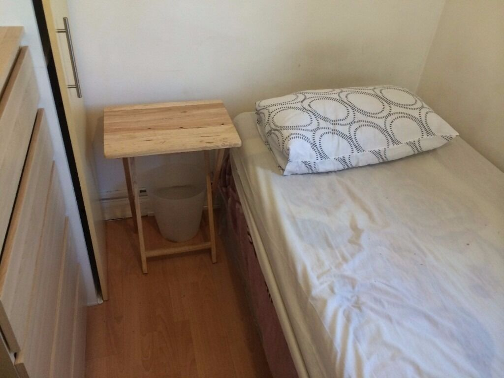 bright single room to let @ E1 2NJ all bills inclusive near city near station available 8 December!!