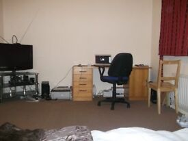 A LARGE DOUBLE ROOM FOR RENT IN HEADINGTON (OX3 7HZ)