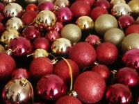 94 Assorted Christmas tree hanging baubles