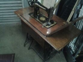 Vintage Singer sewing macine table and machine. Non working.