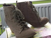 NINE PAIRS OF LADIES BOOTS SIZE 4
