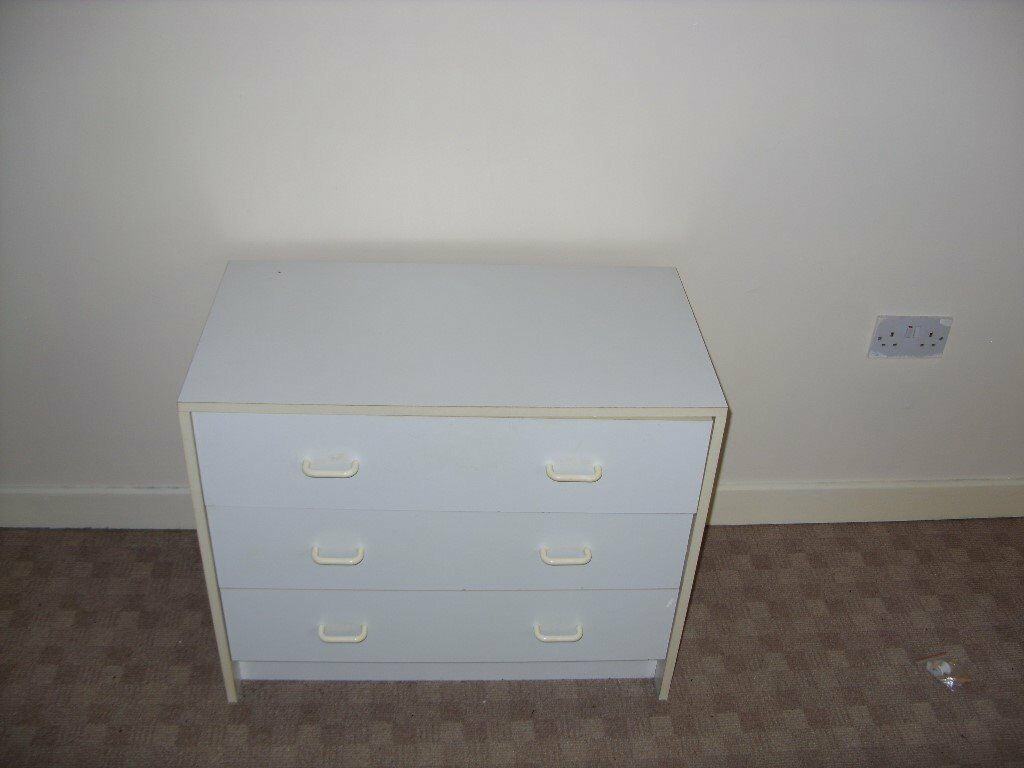 White chest of drawers exellent condition ( pick up only )