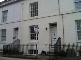 3 BED LARGE STUDENT TOWNHOUSE - FURNISHED AND CLOSE TO UNIVERSITY , SHOPS AND UNI NIGHTLIFE
