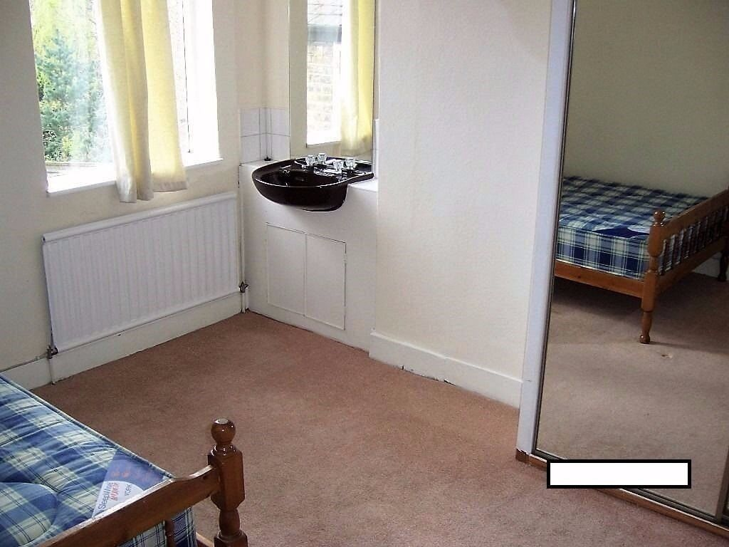 ROOMS FOR RENT. Also I have more available another houses around area.DISCOUNT £10 for student and £