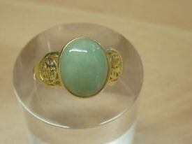 14ct YELLOW GOLD RING WITH OVAL SHAPED JADE