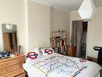 Large Double room in a spacious flat really near tube in Southgate