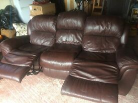 Arighi Bianchi Durable and comfy 3 person leather sofa with pop out footrests