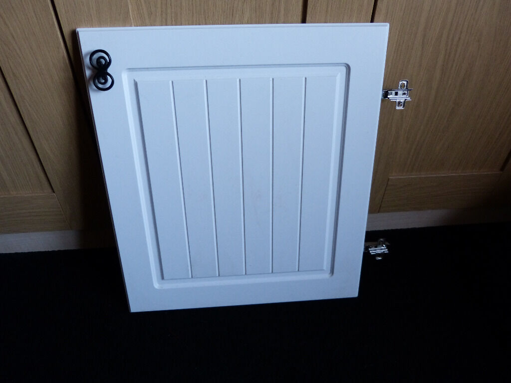 B and Q White Country Style Kitchen Cupboard Doors (500mm) with Hinges and  Handles