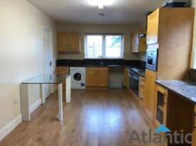 Large 4 Bedroom Ground Floor Flat In Brentford, TW8, Large Garden, Local to train station