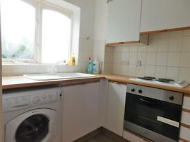 Spacious 2 bedroom flat with parking and direct access to the garden.