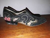 Beautiful vintage shoes, black with gold - perfect for Christmas! Size 37 / UK4