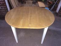Extendable table with white legs