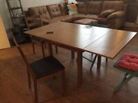 Extendable kitchen table ideal for small spaces + 2 chairs