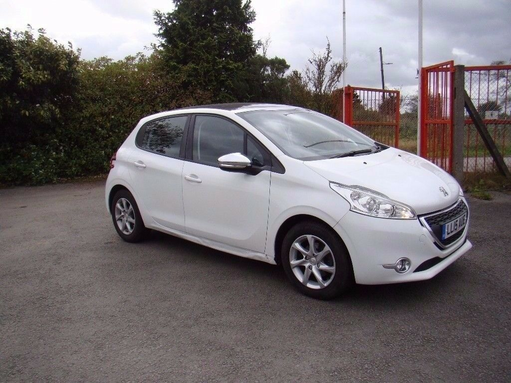 peugeot 208 style 1 2 petrol 2015 full service history sat nav panoramic roof in blackwood. Black Bedroom Furniture Sets. Home Design Ideas
