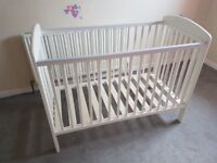White mamas and papas cot very good condition