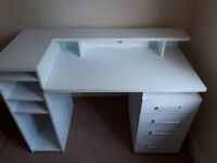 White computer desk with 4 drawers (136cm x 61cm)