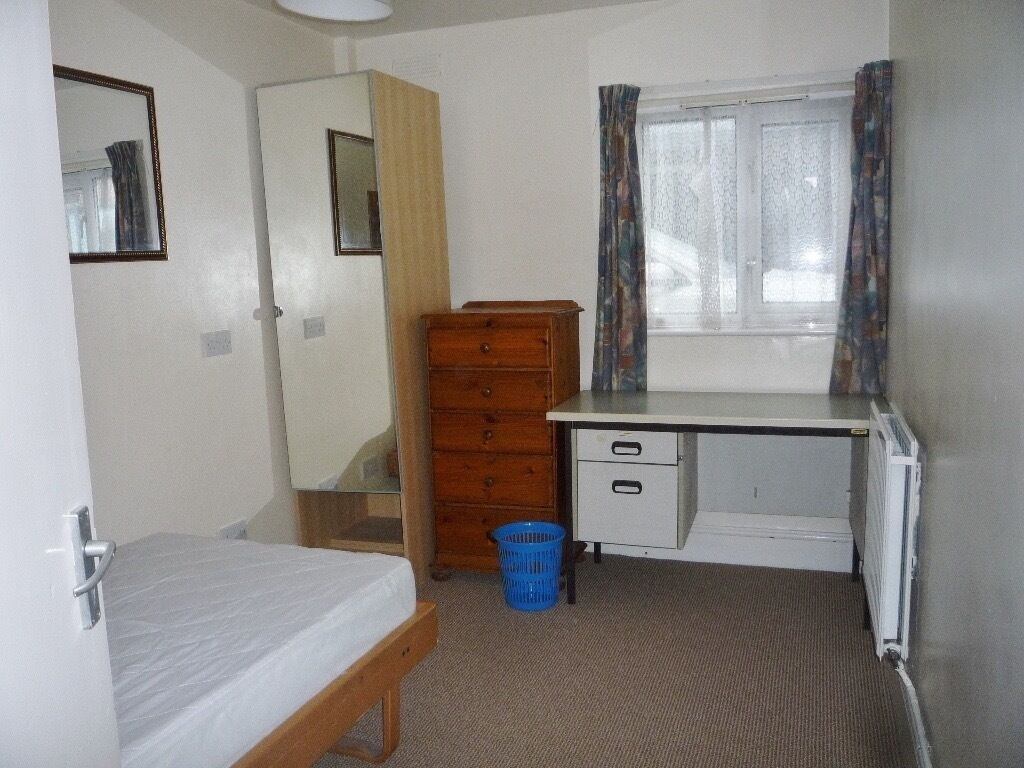Good size single bedroom in a semidetached shared house