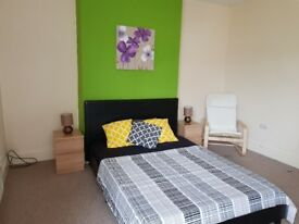 Huge double room, couples welcome, low cost move in