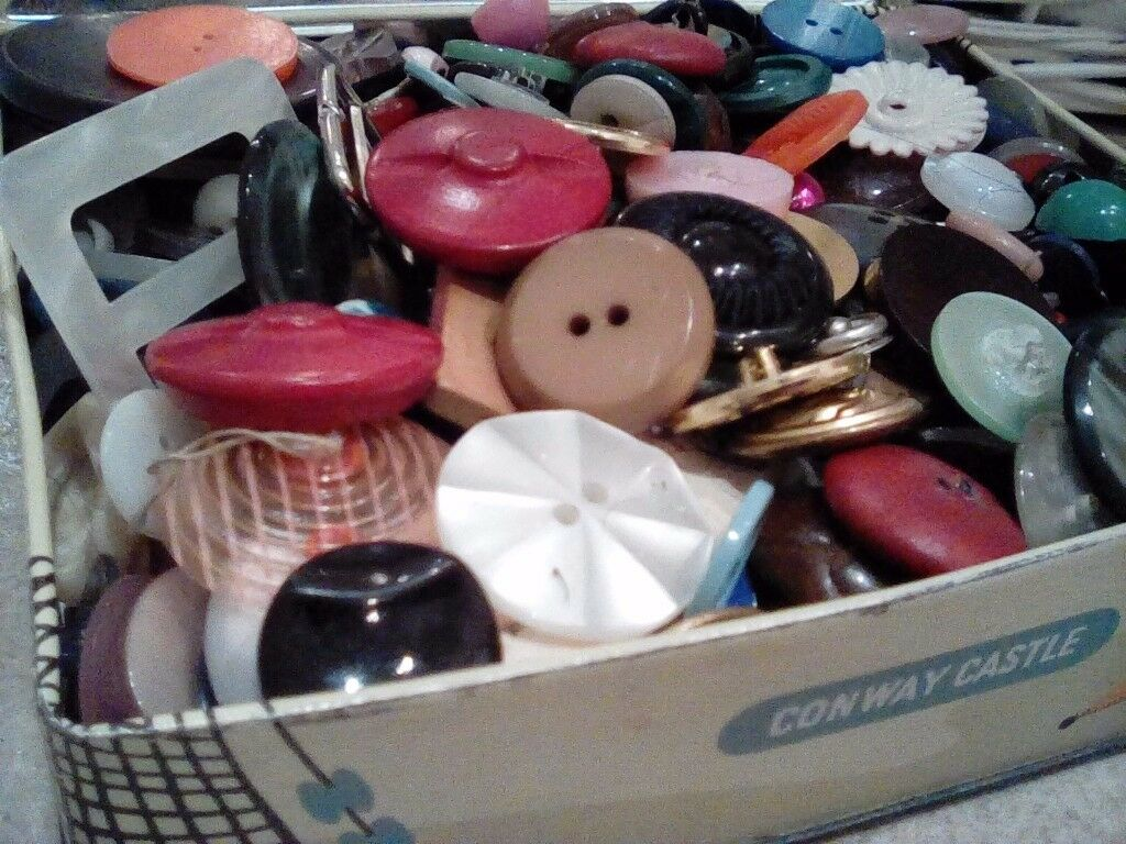 Tin of vintage buttons!