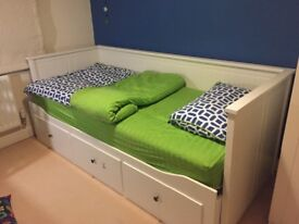 White extendable bed