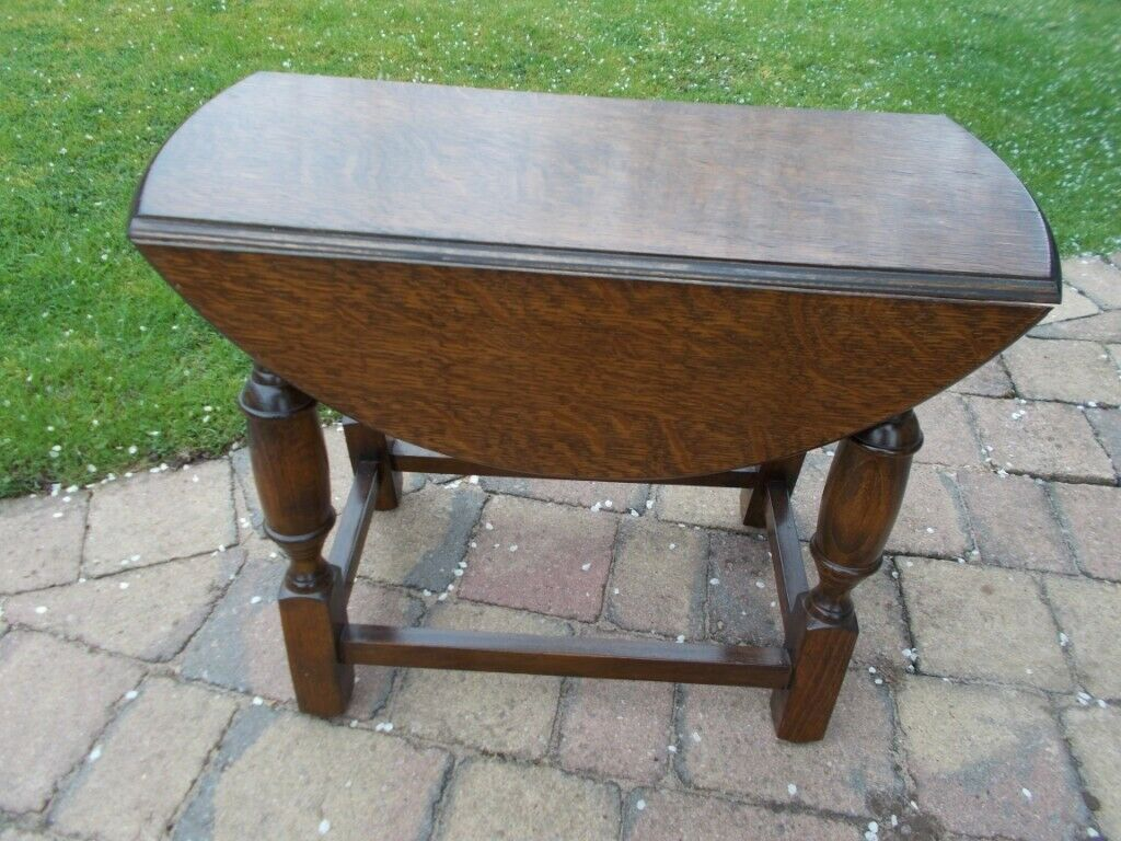 An Old Oak Round Drop Leaf Side Table Turn To Open And