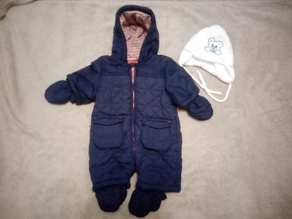 b6668250801 First size snowsuit + baby hat with earflaps and ties under the chin ...