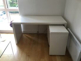 Solid white desk in a great condition