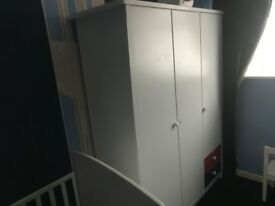 A FANTASTIC 3 DOOR WARDROBE WITH HANGING RAIL SHELVES AND DRAWERS