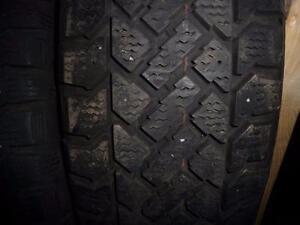 2 pneus d'hiver 205/70/15 Snowtrakker Radial, 35% d'usure, mesure 8/9/32.