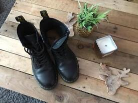 Dr doc marten boots in a Size 7 black